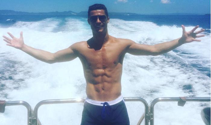 Cristiano Ronaldo luce tableta en Ibiza