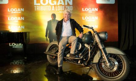 Ángel Nieto, cautivado por la moto que conduce Lobezno